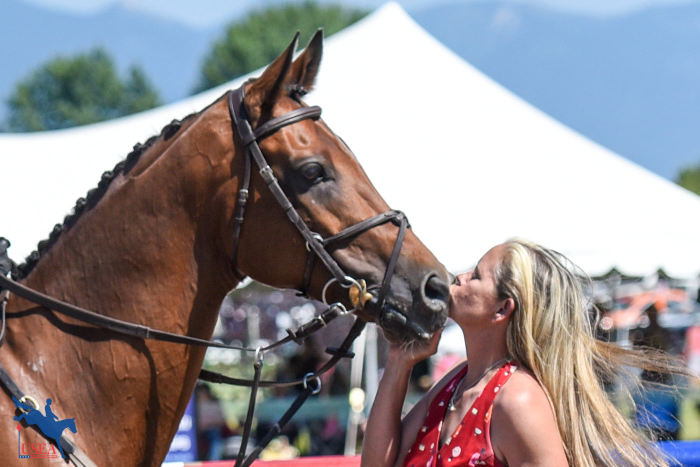 Stealing a kiss in the awards ceremony. USEA/Leslie Mintz Photo.