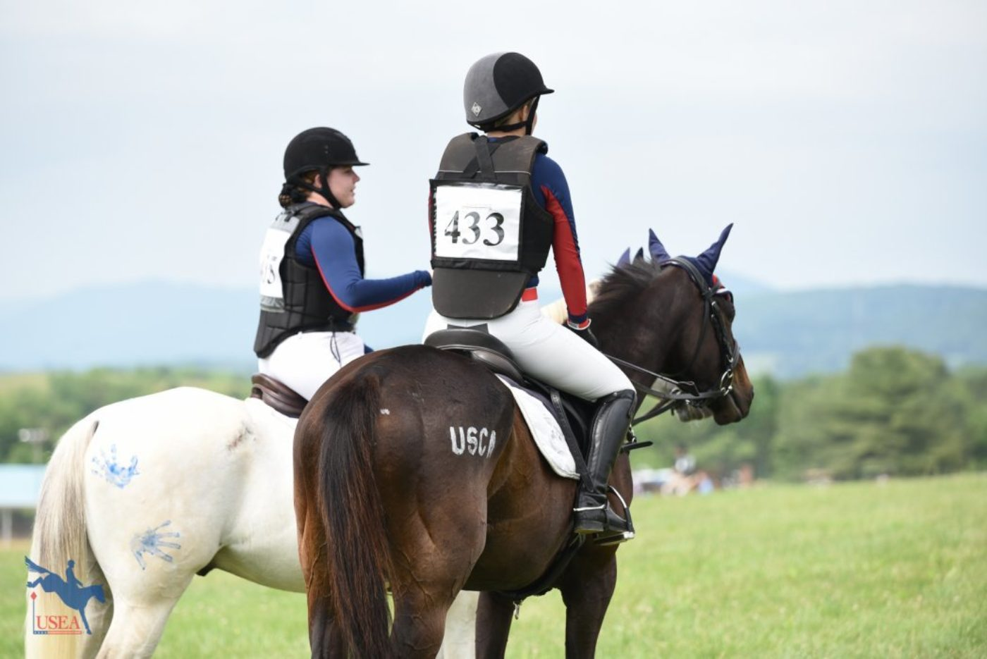 Brooke Webb and Bailey Hamilton of USC Aiken having a pre-cross-country pep talk. USEA/Jessica Duffy Photo.